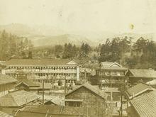 明治時代の一井旅館全景〜湯畑より望む